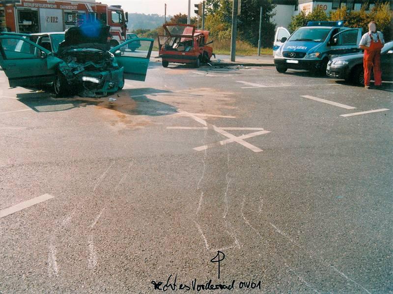 Pkw-Pkw-Kollision auf einer unübersichtlichen Straßenkreuzung