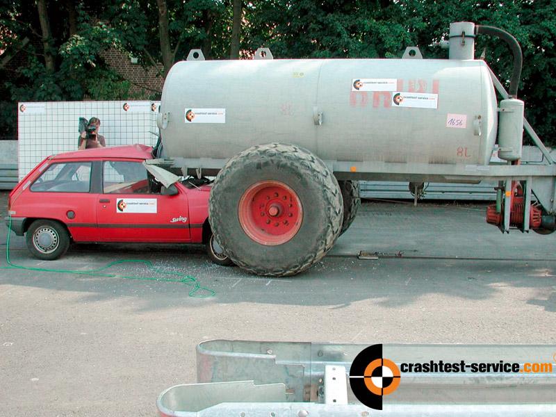 Im Crashtest wird die Kollision eines Pkw mit einem landwirtschaftlichen Gülletransporter nachgestellt und untersucht