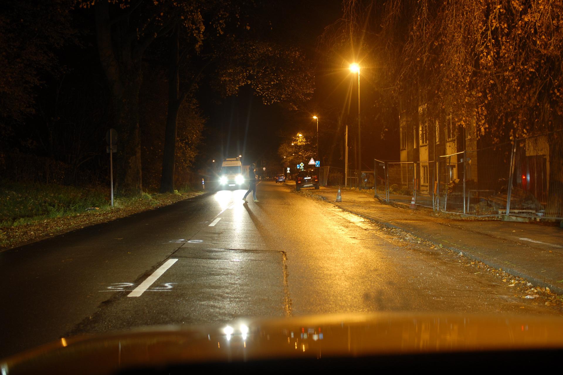 Sicht auf einen dunkel gekleideten Fußgänger in 40m Entfernung mit Blendung durch Gegenverkehr und bei Nässe