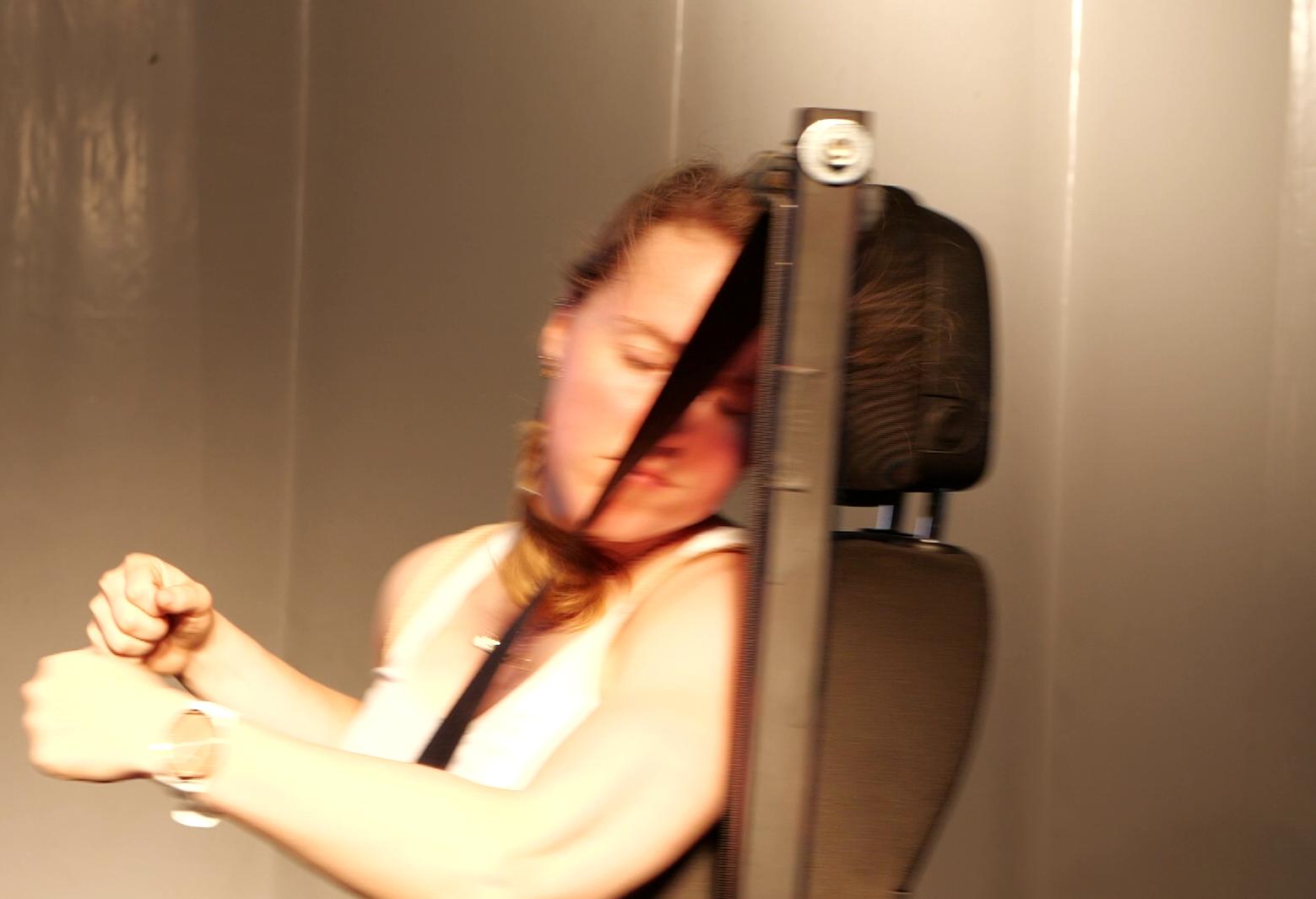 Unnatürliches Abknicken des Kopfes und Überdehnung der rechten Halsseite bei ∆v = 8 km/h