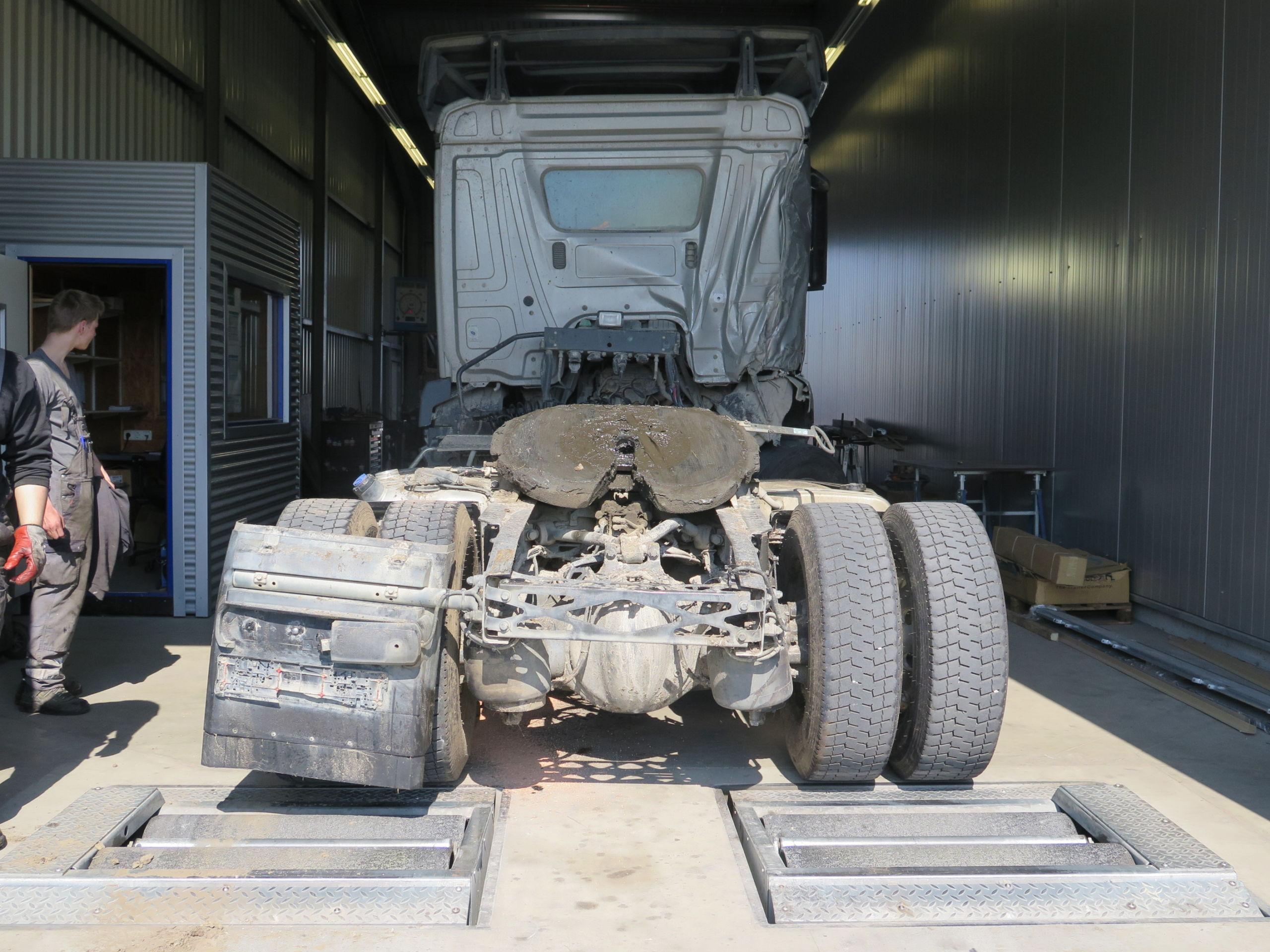Verunfalltes Nutzfahrzeug auf dem Bremsenprüfstand